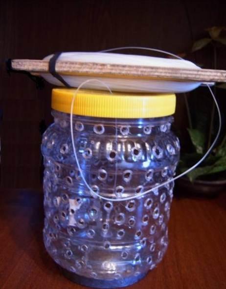 Пластиковая банка с отверстиями, широким горлом и винтовой крышкой для размещения приманки в краболовке.jpg