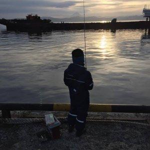 сын рыбачит